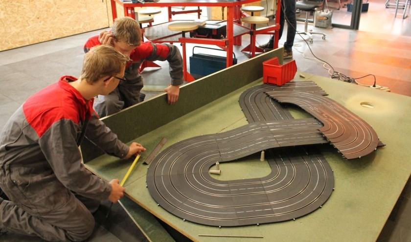 De leerlingen werken in hun school aan verschillende 'groene' projecten.