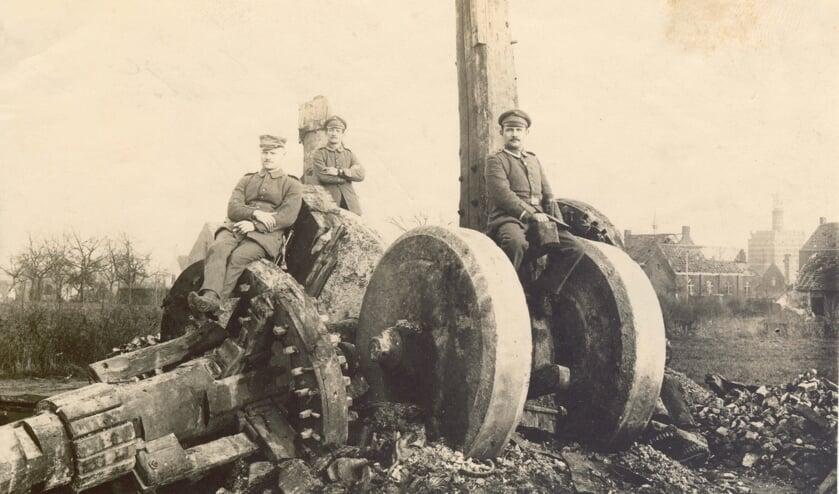 Eén van de verwoeste molens die in het boek wordt beschreven, namelijk de Stenen Molen in Beselare die in 1914 werd verwoest. Op de puinhopen poseren Duitse soldaten.