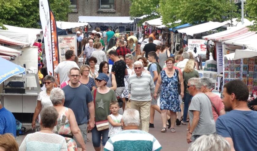 Traditiegetrouw wordt altijd in de eerste weken van de juni het braderieseizoen op Tholen geopend met de braderie van Sint Philipsland.