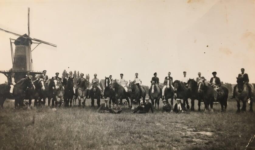 De groepsfoto van Ons Genoegen uit 1953.