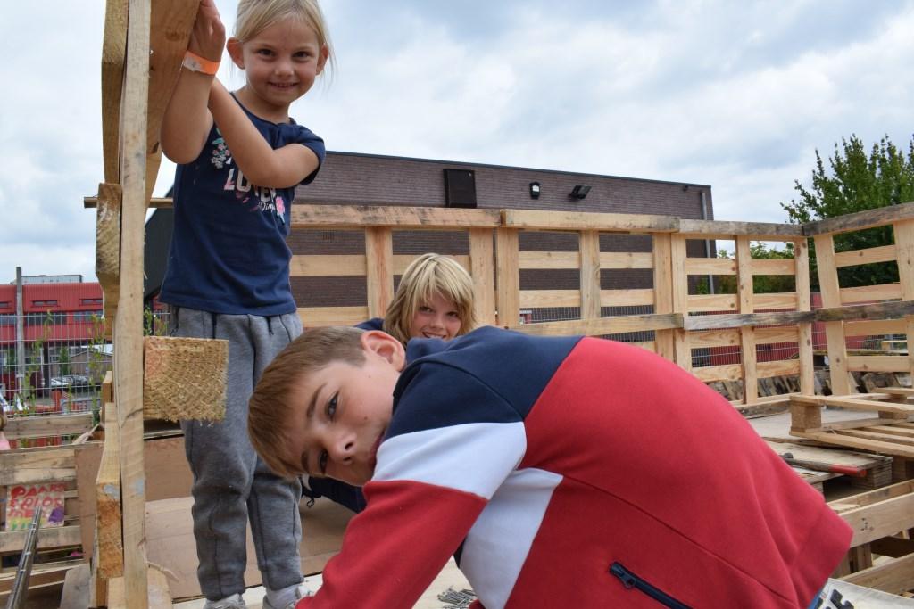Ralph, Pip en Storm hameren er op los om hun hut te bouwen. FOTO STELLA MARIJNISSEN Foto: Stella Marijnissen © Internetbode