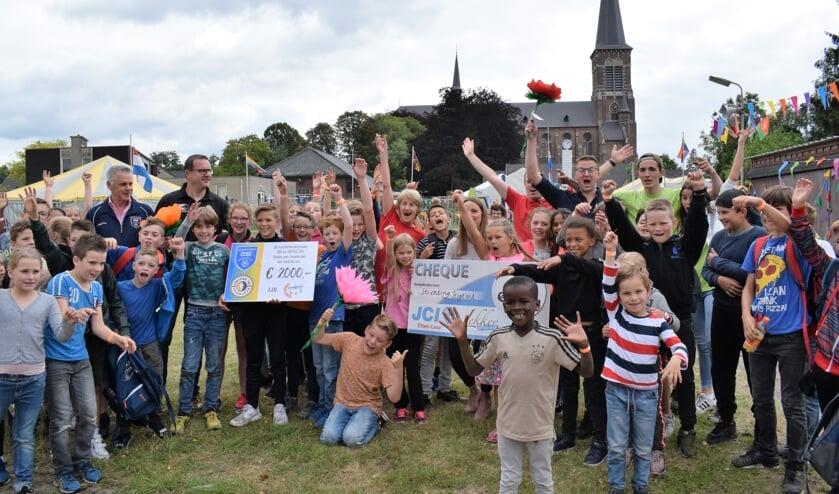 Jeugdland blij met cheques van Lekker Etten-Leur en voetbalclubs Unitas'30 en DSE. FOTO STELLA MARIJNISSEN