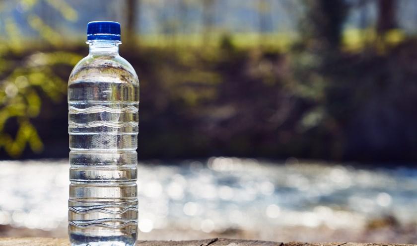 Veel water drinken voorkomt uitdroging bij extreme hitte. FOTO SHUTTERSTOCK