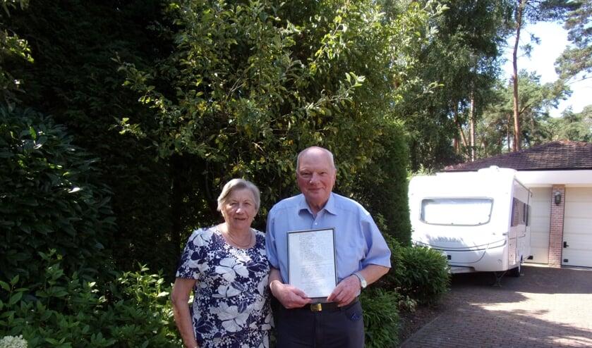 Jan en Nel Griep met de ingelijste trouwakte die ze van loco-burgemeester Hans de Waal kregen.
