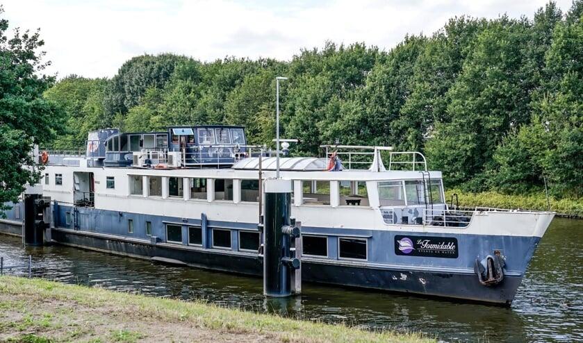 De partyboot voor de sluis in Oosterhout.