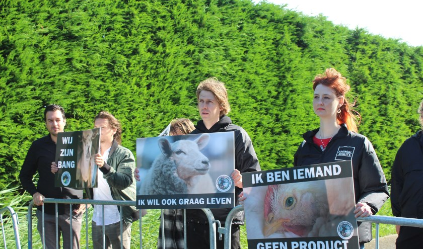 Demonstranten van The Save Movement staan rustig met borden bij Slachterij Vugts in Steenbergen.