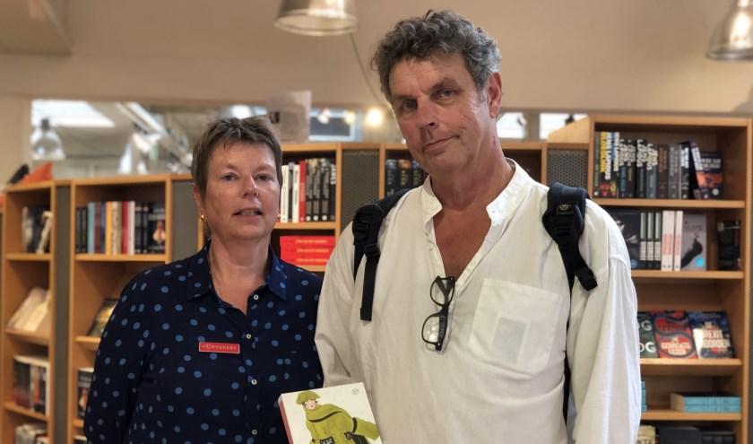 Auteur Frank Bokern en Monique Eskens, die het boek inkocht voor De Drvkkery.