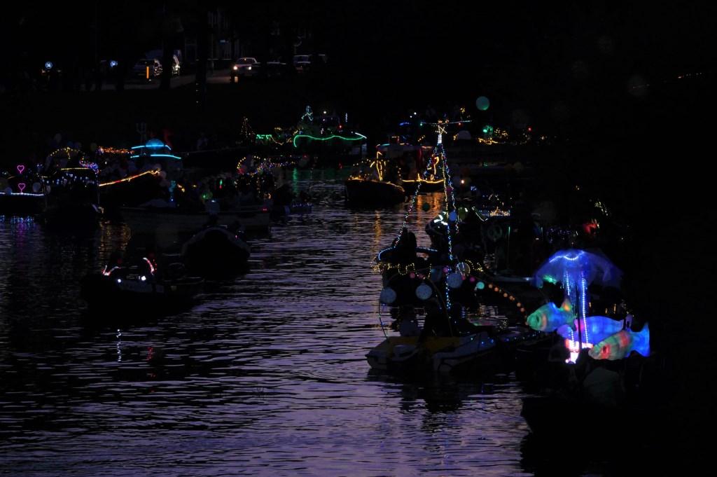 De verlichte bootjes zorgden voor een gezellige sfeer in de Bredase Singels.  Foto: Wesley van der Linde/GroenNieuws.nl © BredaVandaag