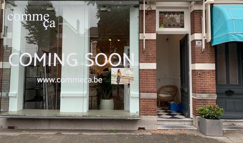 Op de ramen wordt de komst van de winkel al aangekondigd