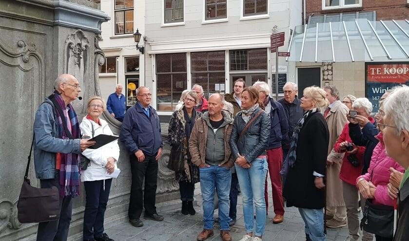 Rinus Spruit vertelt tijdens een wandeling door Goes over het vele van Albert van Renterghem. FOTO EUGÈNE DE KOK