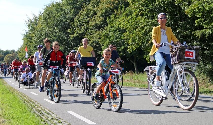Ook jonge kanjers fietsen mee.