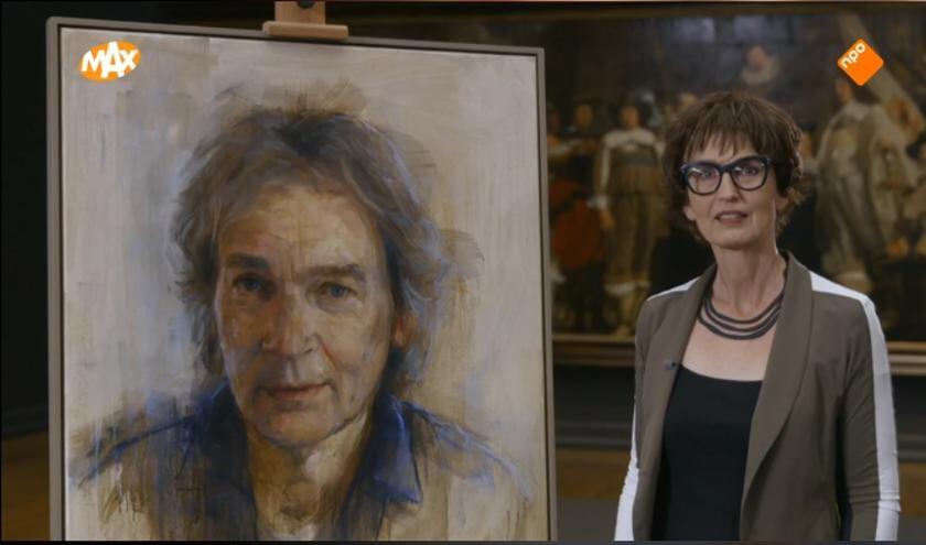 Kunstenares Mieke Roelen met haar portret.