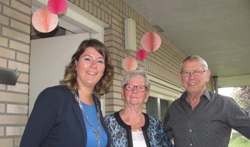 Burgemeester Joyce Vermue kwam bij Frans Gommers en Corrie Hereijgers thuis hoogstpersoonlijk haar felicitaties overbrengen.