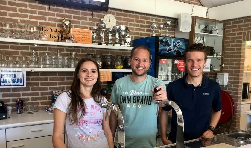 Van links naar rechts Anne Berger, Ralf Voorbraak en bardienst vrijwilliger Sjors van der Straaten. FOTO JOHAN WAGENMAKERS