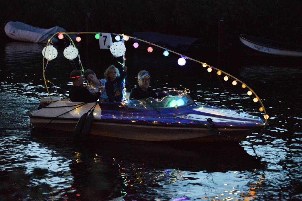 De verlichte bootjes zorgden voor een gezellige sfeer.  Foto: Perry Roovers © BredaVandaag