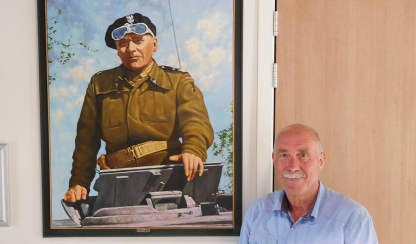 Frans naast een portret van Stanislaw Maczek FOTO JOYCE VAN ZIJL