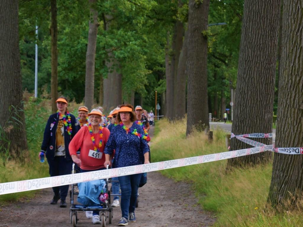 De ouderen werden onthaald als echte atleten.  Foto: Wesley van der Linde/GroenNieuws.nl © BredaVandaag