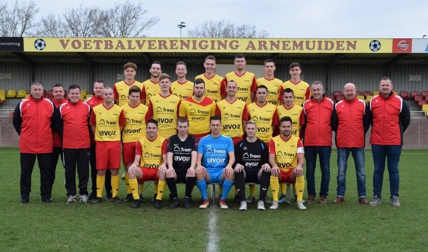Het eerste elftal van VV Arnemuiden. De club doet dit jaar voor iedereen wel iets speciaals. FOTO VV ARNEMUIDEN