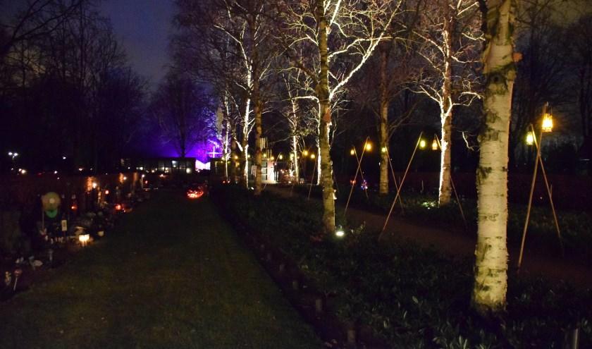 Sfeer en saamhorigheid op begraafplaats tijdens Lichtjesavond. FOTO STELLA MARIJNISSEN