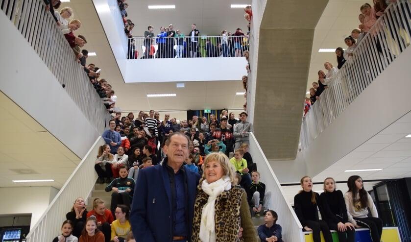 Peter van Heusden en echtgenote worden door burgpiepers toegezongen. FOTO STELLA MARIJNISSEN