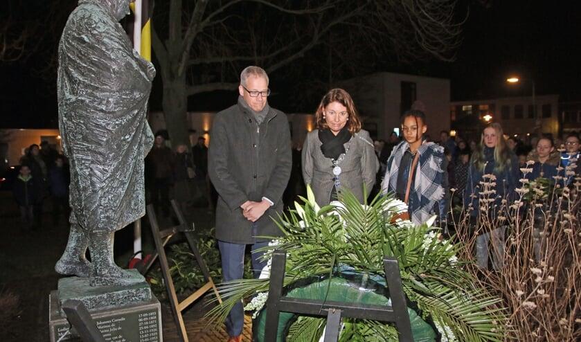Burgemeester José van Egmond en haar echtgenoot bij de herdenking in 2019.