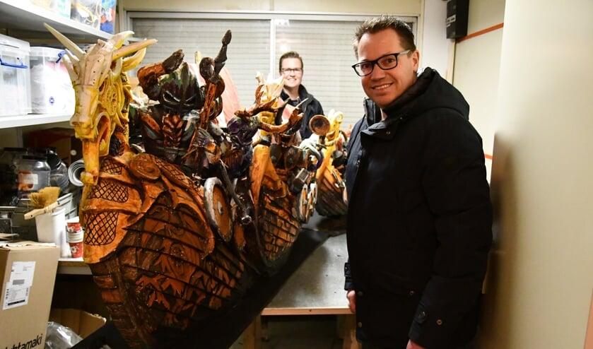 Achter de maquette staat ontwerper Erwin Braspenning. Op de voorgrond poseert zijn broer Rob, voorzitter van buurtschap Tiggelaar.