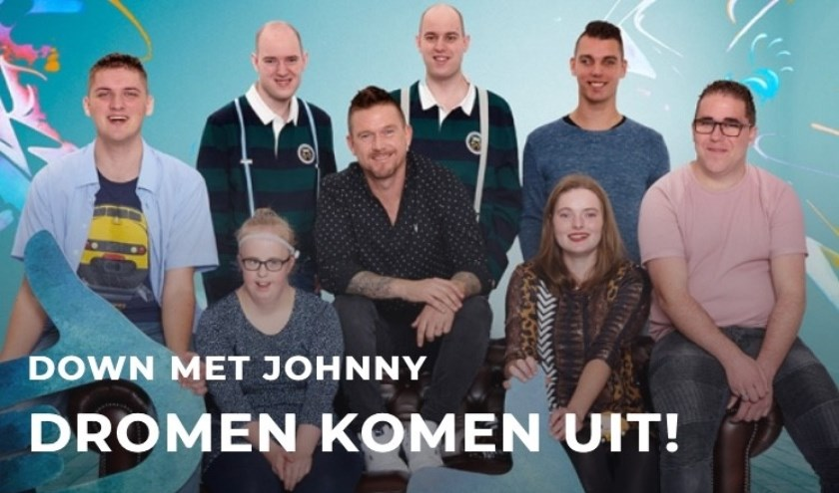 Anne-Lotte zit links naast presentator Johnny de Mol.