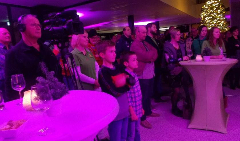 Publiek inclusief jeugdburgemeester Danu luistert naar de speech van de burgemeester.