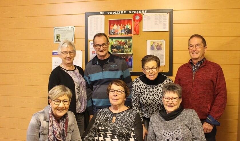 Regisseuse Ineke Lindeman met zes Vrolijke Spelers in hun oefenruimte.
