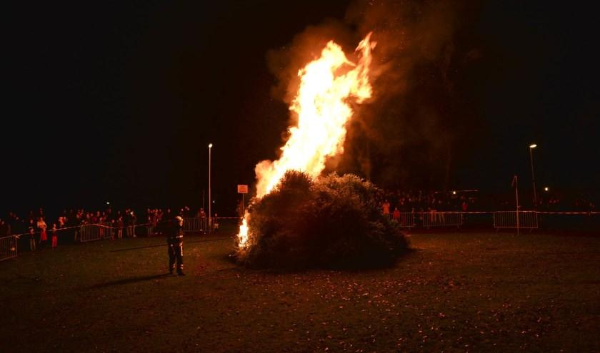 Om 18.30 uur werden de bomen in brand gestoken.