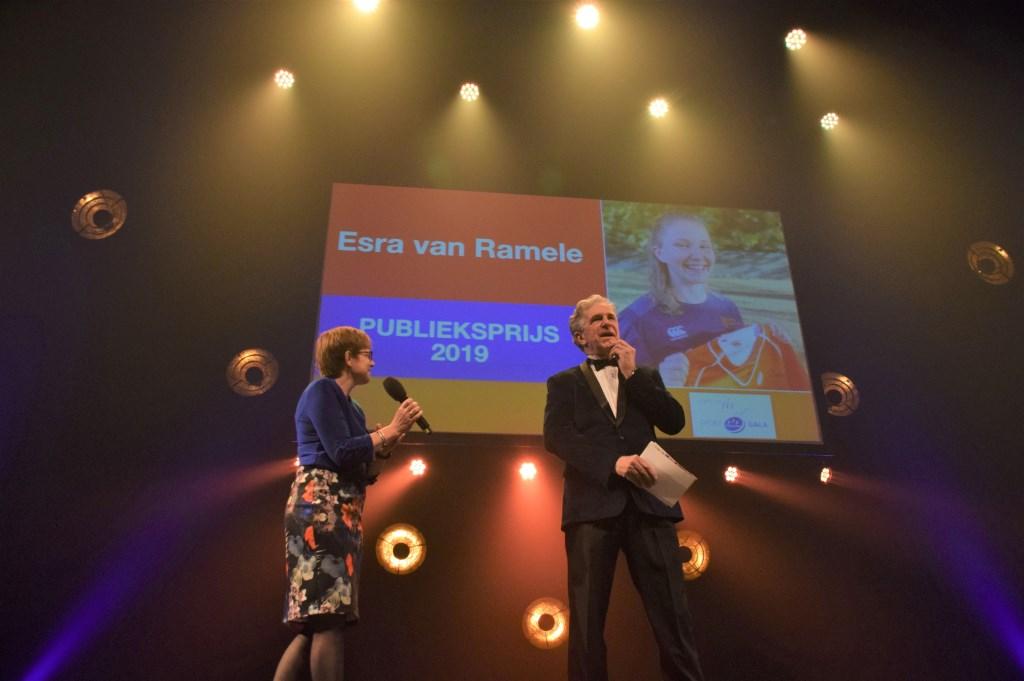 Esra van Ramele (rugby) krijgt Piet Sprenkels Publieksprijs. FOTO STELLA MARIJNISSEN Foto: Stella Marijnissen © Internetbode