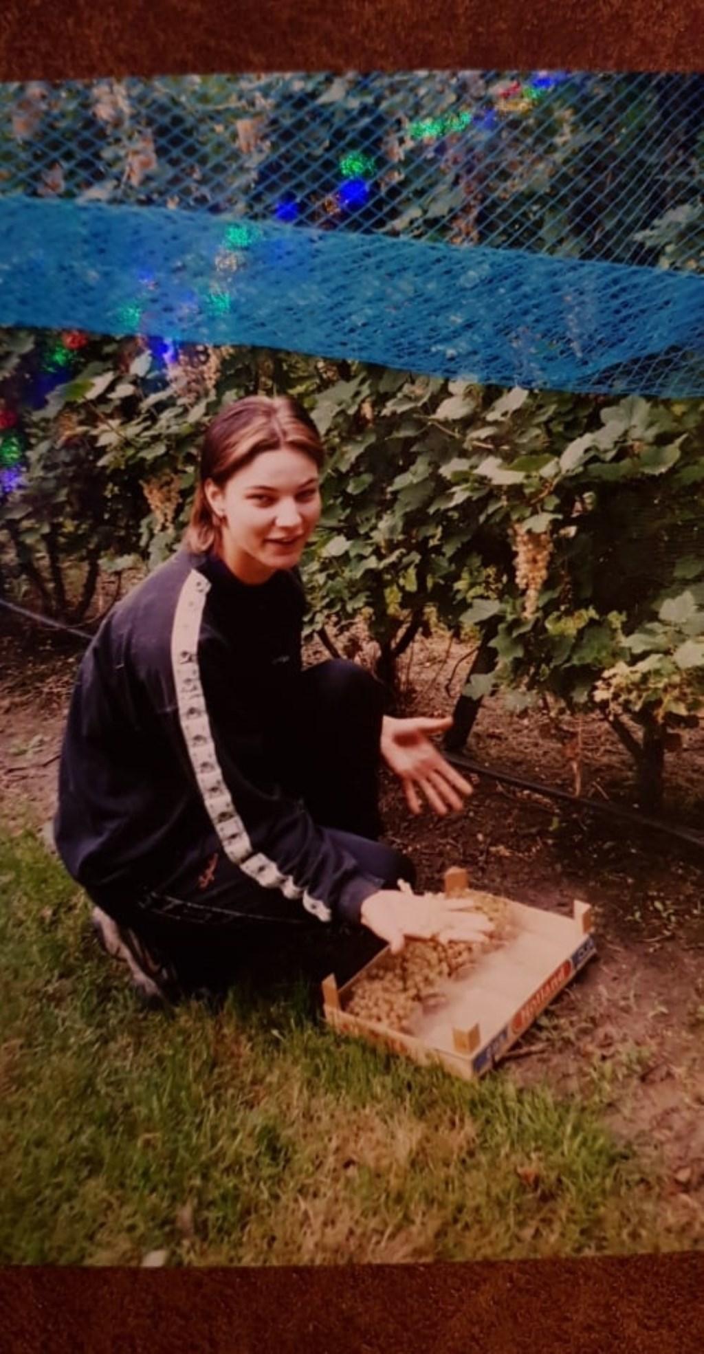 Karen toen zij jonger was, aan het helpen in het bedrijf van haar ouders.   © Internetbode