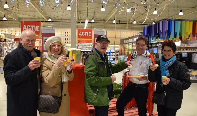 Koning Rob van Lieshout met zijn klantenTon en Tilly Postema en Kees en Adriënne van Boekel. FOTO STELLA MARIJNISSEN