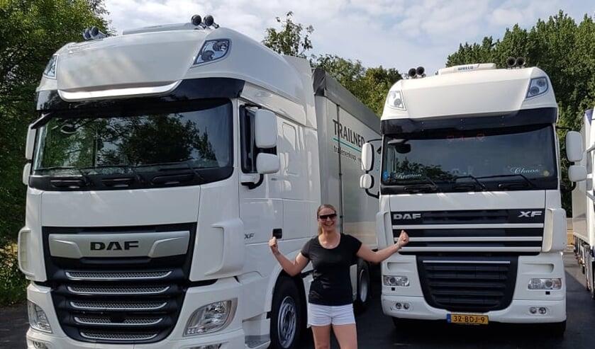 Karen voor haar nieuwe en oude vrachtwagen