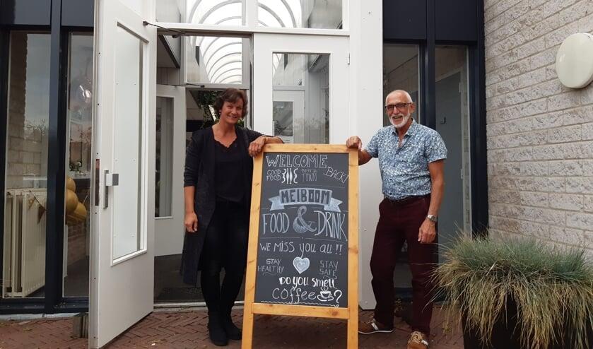 <p>Sabine de Rooij en Kees Geuze bij 'hun' dorpshuis.</p>