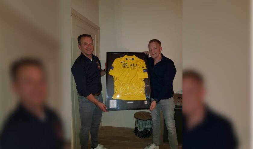 <p>Uitreiking namens Wielerdorp Rijsbergen Wilfried van den Bemd aan winnaar Erwin Vermeeren.</p>
