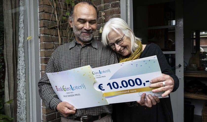 <p>Carla en Hans met hun prijs</p>