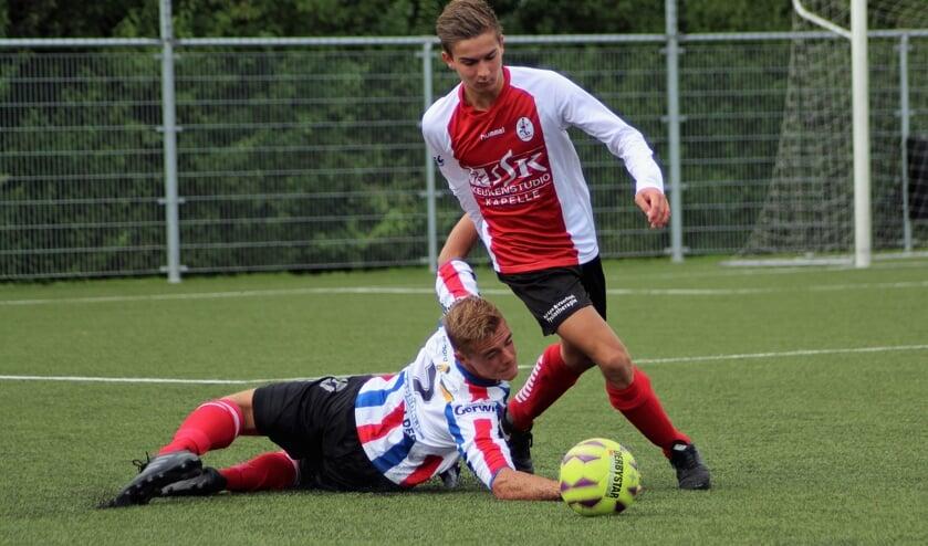 <p>Reinier Goedemondt maakte er vier, hier aan de bal tegen destijds Krabbendijke (archieffoto). FOTO F. VAN PAGEE</p>
