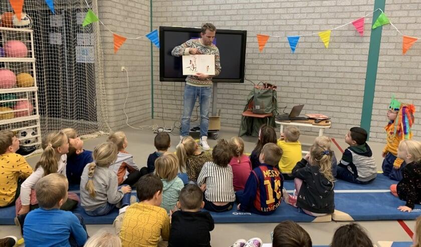 Kinderboekenschrijver Mark Haayema vertelt de kinderen een verhaal.
