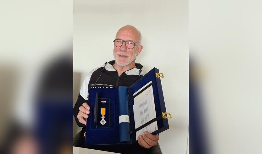 <p>Gerard Bosch met zij onderscheiding. FOTO KRIJN TEN HOVE</p>