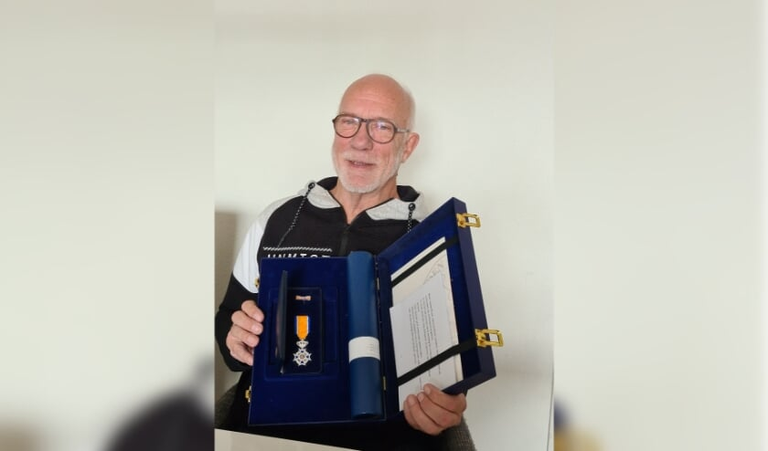<p>Gerard Bosch met zijn onderscheiding.&nbsp;</p>