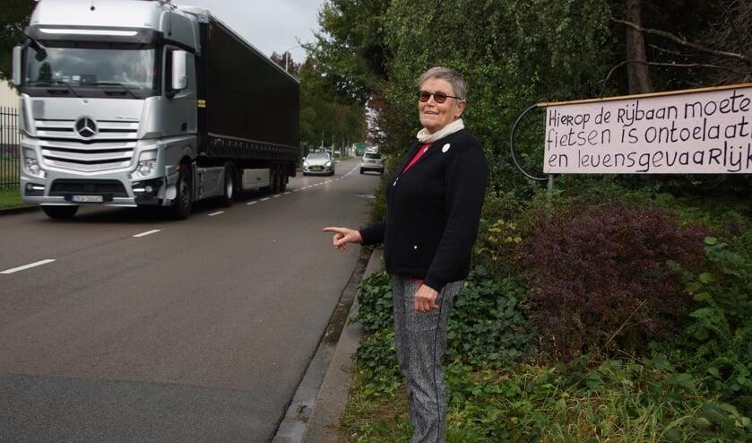 <p>Gemma heeft borden langs de kant van de weg geplaatst.&nbsp;</p>