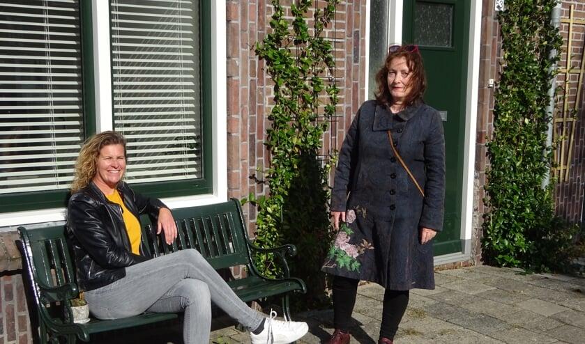 <p>No&euml;lle Verhage en Janneke van Belzen in hun Jasmijnstraat.</p>