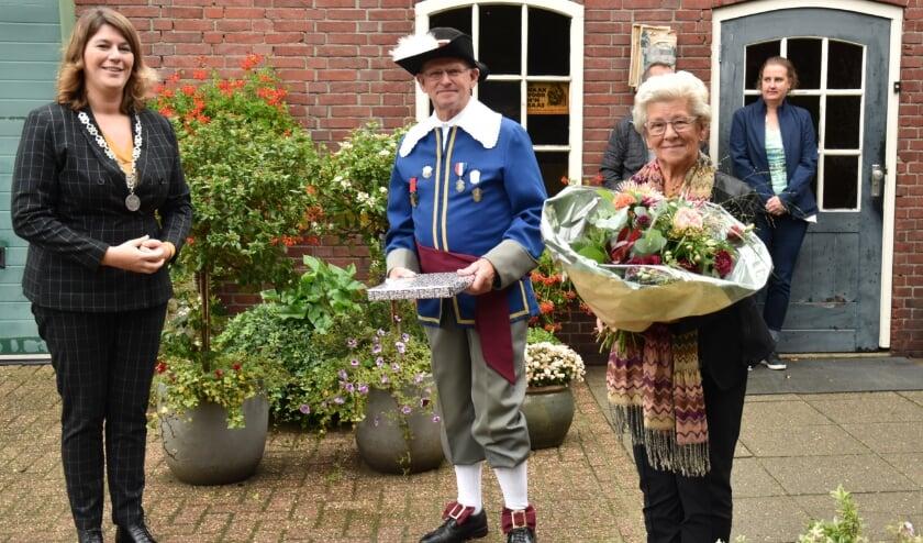 <p>Jac en Net Daemen worden in het zonnetje gezet door burgemeester Joyce Vermue.</p>