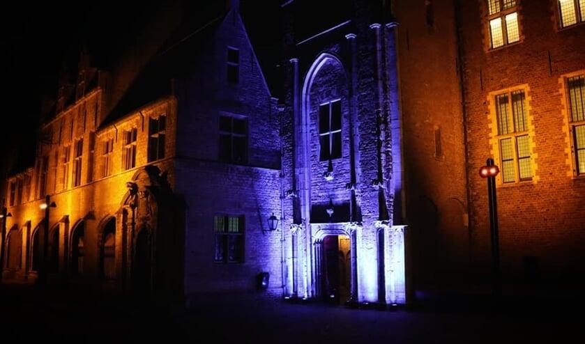 De Kloostergangen in het Middelburgse abdijcomplex zijn blauw verlicht.