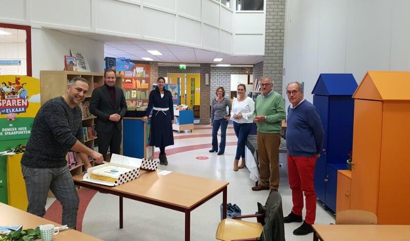<p>Bestuursleden van de stichting, directeur Hennie Sheilds (derde van rechts), wethouder Joost de Goffau (tweede van links) en Brecht van Schendel van Petje af (derde van links).</p>