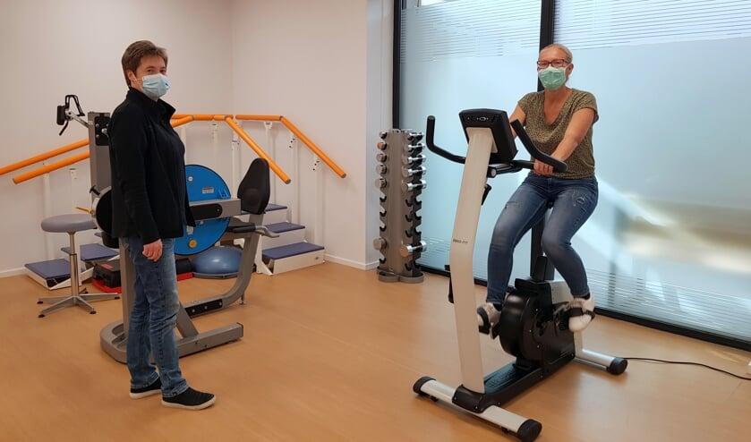 Saskia Canjels (rechts) en fysiotherapeute Ineke Jasperse.