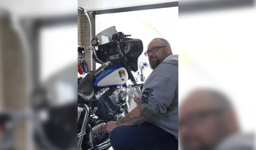 <p>Rouven Bohg bij zijn originele Amerikaanse Harley Davidson-politiemotor.</p>