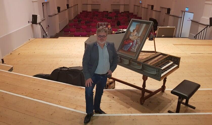 <p>Jakko van der Heijden op het podium van de Zeeuwse Concertzaal.</p>