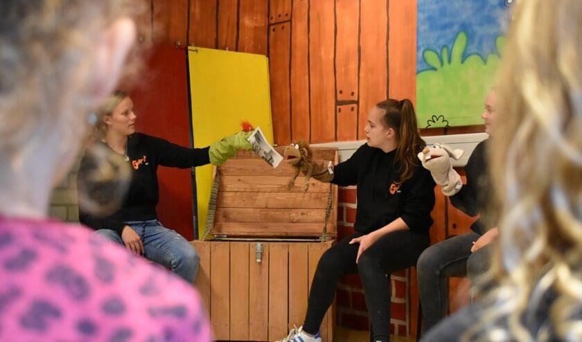 Vriendjes Dorus Draak, Appie Aap en Kiki Konijn vertellen de Teddyberen (4 jaar t/m groep 3) wat zij die zaterdagmiddag gaan doen.